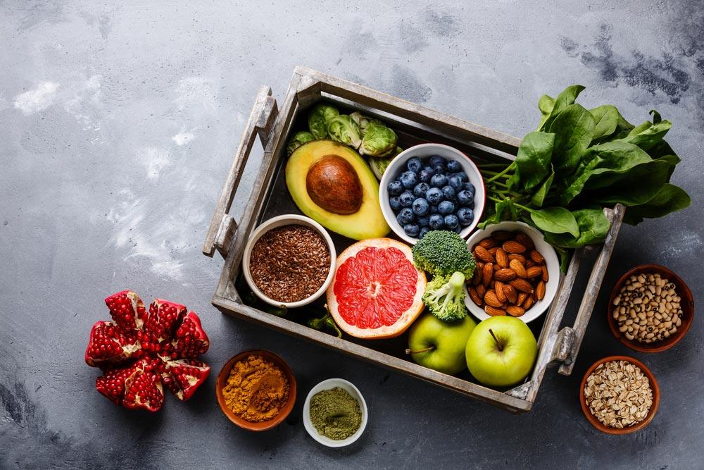 Inspirasjon bilde med frukt, grønnsaker og nøtter får å vise at VitaMax inneholder naturlige ingredienser